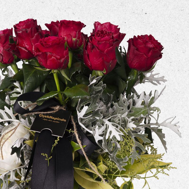Ayaklı Seramikte Kırmızı Güller