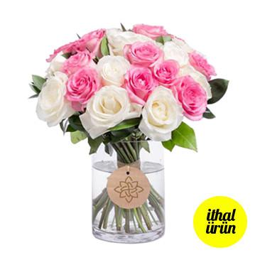Vazoda pembe beyaz güller