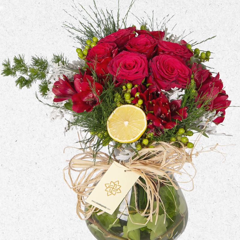 Konik vazoda kırmızı güller